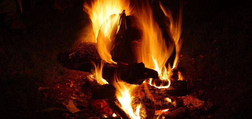 φωτιά με ξύλα